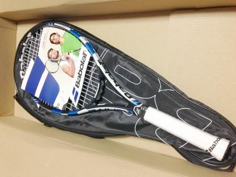 バボラ(babolat)テニスラケット「ピュアドライブ」ラケット取り出したところ