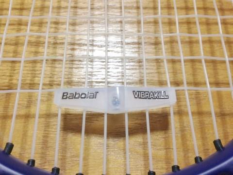 バボラ ビブラキル(VIBRAKILL) テニスラケット振動止め 取り付けたところ
