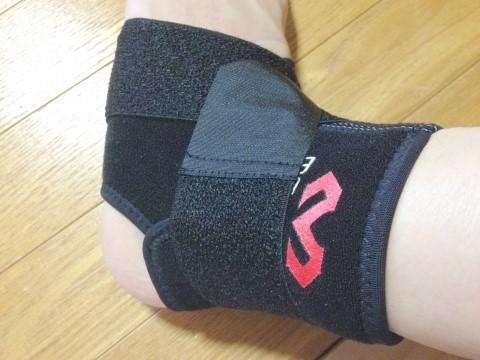 マクダビッドの足首サポーター「ストラップアンクルラップ」装着時おもて